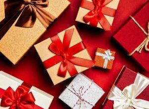 Memberikan Hadiah Kado Pada Acara Saat Natal