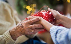 Memberikan Kado Kepada  Kakek Dan Nenek Yang Tepat