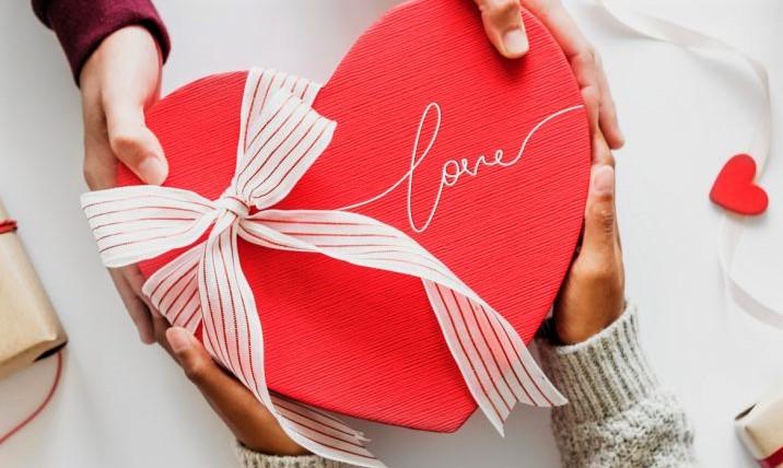 Memberikan Sebuah Hadiah Si Saat Hari Raya Valentine